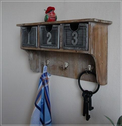 Wandregal aus Holz mit Schubladen aus Metall